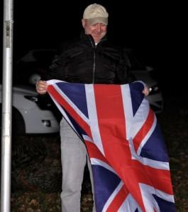 Platzwart Marcus Eisel holt den Union Jack ein2